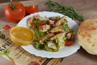 Miks zelenih salata sa paprikom, grilovanom piletinom i susamom dostava