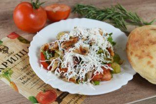 Miks zelenih salata sa svežim povrćem, grilovanom piletinom i feta sirom dostava