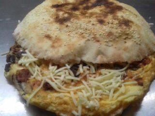 Omlet sa kačkavaljem i pavlakom u lepinji dostava