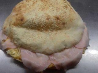 Omlet sa pečenicom, kačkavaljem i pavlakom u lepinji dostava