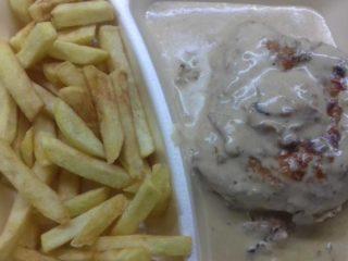 Punjeni pileći medaljoni u sosu – obrok dostava