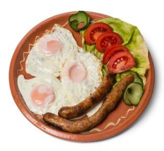Jaja na oko sa pečenom kobasicom dostava