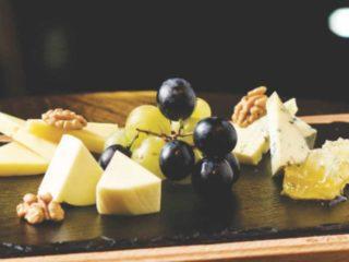 Izbor sireva sa medom, orasima I voćem dostava