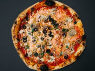 Funghi e olive classic pizza delivery