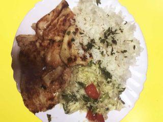 Grilovano pileće belo + pirinač + salata dostava