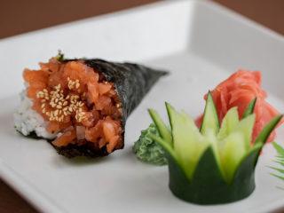 Salmon tartar hand roll dostava