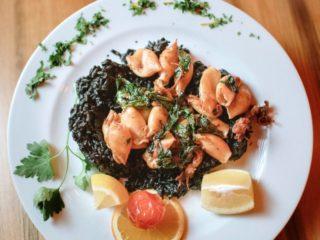 Lignje u sosu od spanaća i peršuna na crnom rižotu dostava