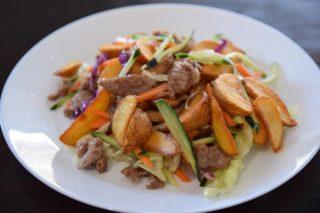 104. Svinjeina pržena sa povrćem, krompirom I maslacem dostava