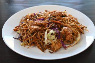 105. Svinjetina sa prženim špagetima, povrćem I jajima u soja sosu dostava
