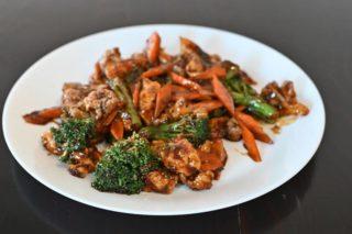 22. Piletina sa karfiolom, brokolijem i šargarepom u sosu od ostriga dostava