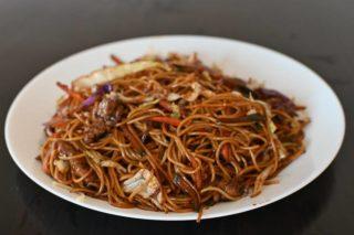38. Prženi špageti sa teletinom povrćem i jajima u soja sosu dostava