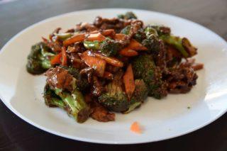 39. Teletina sa karfiolom, brokolijem i šargrepom u sosu od ostriga dostava