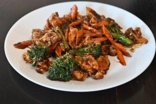 53. Svinjetina sa karfiolom, brokolijem i šargarepom u sosu od ostriga dostava