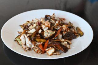 62. Kineske pečurke sa povrćem u soja sosu dostava