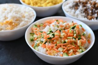 85. Pirinač sa povrćem i jajima u soja sosu dostava